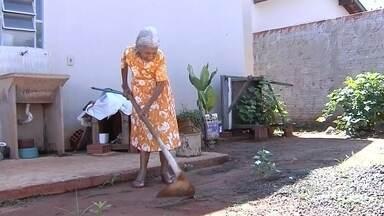 Idosa de 93 anos bomba na internet ao capinar terreno em Araçatuba - Dona Maria Leite tem 93 anos e muita disposição, apesar da idade já avançada. A força de vontade dela é tanta que ela até foi destaque nas redes sociais ao ser fotografada por uma pessoa carpindo a frente de casa que mora com uma enxada.