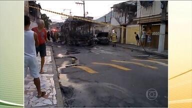 Bandidos armados incendeiam ônibus no Rio de Janeiro - Testemunhas disseram que os bandidos mandaram o motorista do ônibus parar em Niterói, obrigaram ele e todos os passageiros a descer e colocaram fogo no ônibus. O fogo se alastrou para três carros e uma moto.
