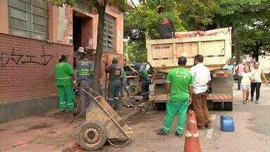 Prefeitura de Juiz de Fora realiza limpeza de prédio abandonado no Bairro Mariano Procópio - Equipes trabalham pelo segundo dia no imóvel. Prefeitura retirou mais de 20 toneladas de resíduos do local.