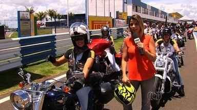 Goiano de Moto GP começa com homenagem ao Dia da Mulher - Competição é disputada no autódromo de Goiânia, e mulheres dão show em exibição na pista.