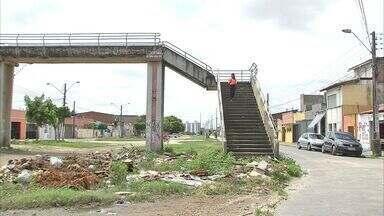 Antiga linha de trem de Fortaleza vira ponto de lixo - Moradores cobram limpeza no entorno de trilho abandonado.