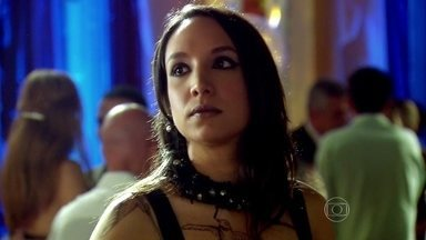 Inês indaga se Ramiro está tendo caso com Yvone - A filha começa falando da melhora do irmão, mas percebe troca de olhares e insinua que Ramiro está mentindo