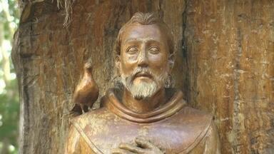 Rio São Francisco inspira arte de esculpir santos na madeira - Seu Expedito descobriu que levava jeito para o negócio ainda menino. No início, ele entalhava para se divertir. Adulto, virou um mestre.