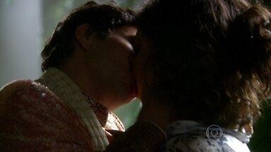 Ravi chega na casa de Camila a cavalo e os dois se beijam - Já com o indiano, ambos dizem que se amam