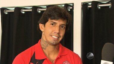 Victor Ramos participa de evento do Vitória - Jogador ainda não foi apresentado oficialmente, mas esteve na inauguração de uma nova loja do time.