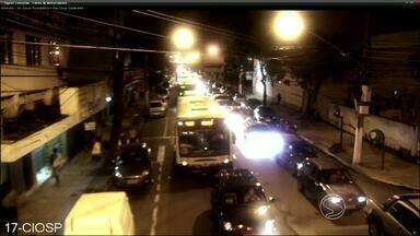 Após nó no trânsito, RJTV vai às ruas ouvir moradores de Volta Redonda, RJ - Obra na Beira-Rio causou congestionamento nos principais bairros da cidade na segunda-feira (7).