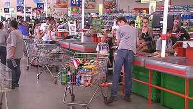 Consumidores apostam no atacado para economizar - Sistema de venda no 'atacarejo' já atrai muitos clientes, em Ponta Grossa.