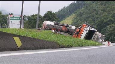 """Terça-feira com trânsito complicado na BR-376 - Um caminhão com produto inflamável tombou na altura da """"Curva da Santa"""", em Guaratuba"""