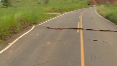 Trecho da MG-126 cede após chuva e é interditado em Rio Novo - Segundo PMR, fissuras também se abriram na pista. Desvio é realizado por estrada vicinal; reparo será feito pelo DER.