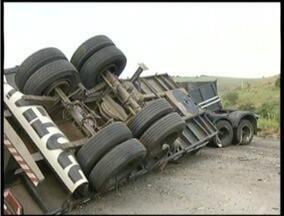 Motorista da carreta que tombou na bR-116, em Valadares, continua internado - Ele não corre risco de morte.