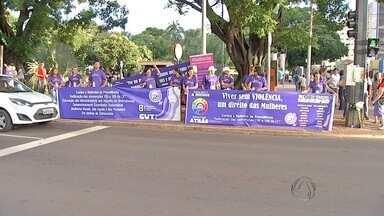 Mulheres ligadas a partidos e movimentos sociais protestam em Campo Grande - O grupo se concentrou na esquina da avenida Afonso Pena com a rua 14 de Julho. Nas faixas e camisetas roxas, as manifestantes pediam o fim da violência contra as mulheres.