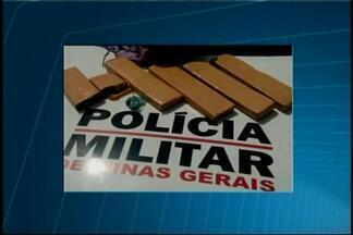 PM apreende maconha e dinheiro e homem é detido em Pará de Minas - Abordagem ocorreu no Bairro São Pedro nesta terça-feira (8). Suspeito portava 4kg de maconha.