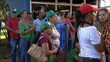 Integrantes de movimentos populares ocupam a sede da Sefaz, em GO - Eles pedem ações concretas de combate à violência contra camponesas. Ato reúne 1,5 mil pessoas e impede trabalho na secretaria, diz organização.