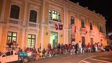 Manifestantes desocupam a sede do governo do ES - CUT, MST, MPA e feministas ocuparam o prédio nesta terça-feira (8).Ato durou 8 horas e acabou após grupo agendar reunião com governador.