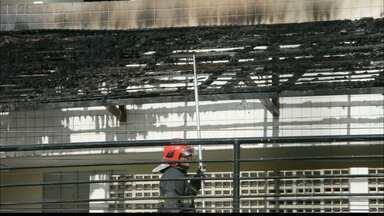 Área de lazer de prédio no Bairro dos Estados é destruída pelo fogo - Moradores tentaram apagar chamas jogando água pela janela do prédio.