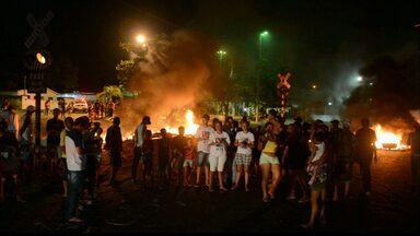 Moradores pedem justiça no caso do acidente entre trem e ônibus em Santa Rita - Familiares e amigos das vítimas fazem protesto e cobram justiça das autoridades públicas.