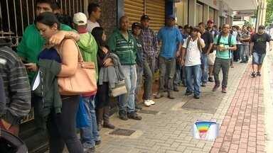 Candidatos a emprego enfrentam fila pela segunda vez em São José - Dessa vez, fila se formou no posto da Casa do Trabalhador.