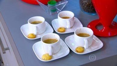 Capuccino preparado com açúcar pode ser muito calórico - A nutricionista Cristina Menna Barreto ensina uma receita light, com leite desnatado em pé, café solúvel, cacau em pó, adoçante e canela.