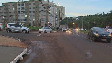 Moradores reclamam de trânsito em cruzamento na zona sul de Riberão Preto, SP - Trecho na Avenida Carlos Eduardo de Gáspari Consoni registrou acidente entre dois carros na segunda-feira (7).