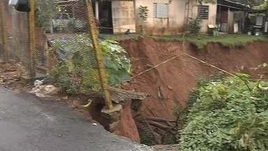 Moradores de Echaporã estão preocupados com cratera em rua da cidade - Uma erosão em uma das ruas de Echaporã (SP) deixa moradores e motoristas preocupados devido ao risco oferecido às pessoas que passam pelo local.