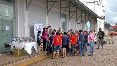 Grupo de artesãos protesta em frente ao Armazém Cultural em Campo Grande - Eles tinham uma exposição marcada para começar nesta quarta-feira (9) lá no local e foram pegos de surpresa com a interdição do espaço pelos bombeiros.
