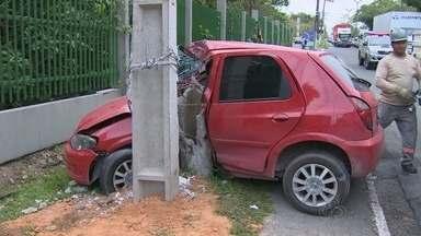 Motorista perde controle de veículo e derruba poste em avenida de Manaus - Veículo atingiu poste na avenida Rodrigo Otávio em frente a Ufam.
