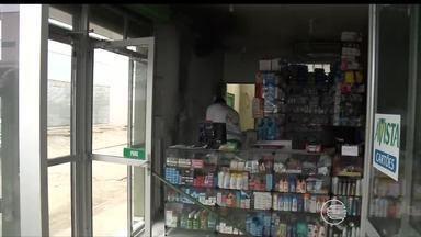 Corpo de Bombeiros arromba farmácia para apagar incêndio em Teresina - Corpo de Bombeiros arromba farmácia para apagar incêndio em Teresina