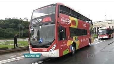 Ônibus de turismo começa a circular por pontos turísticos da capital - O ônibus tem mais de quatro metros de altura e é todo adaptado para levar os turistas por um passeio pelos principais pontos da região central de São Paulo.