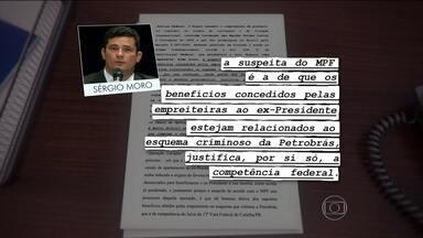 Juíza de SP transfere para Sérgio Moro, da Lava Jato, a denúncia contra Lula - A juíza que recebeu em São Paulo a denúncia de promotores estaduais contra Lula por conta do tríplex no Guarujá (SP) passou o caso para o juiz federal Sèrgio Moro.