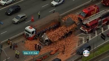 Uma pessoa morre em acidente envolvendo caminhões carregados com tijolos na Marginal Tietê - Uma pessoa morreu e duas pessoas ficaram feridas no acidente que aconteceu na pista central da Marginal Tietê. A carga de tijolos ficou espalhada pela via.