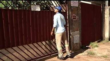 Agentes de combate a endemias enfrentam dificuldades para entrar em casas de Itumbiara - Mais da metade das residências da cidade estava fechada no momento da visita dos profissionais.