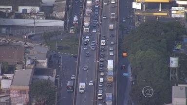 Engavetamento em elevado prejudica trânsito em Contagem, na Grande BH - Acidente envolveu quatro carros no viaduto da Avenida Cardeal Eugênio Pacelli.