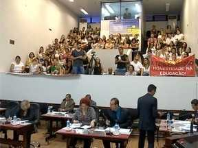 Professores de Presidente Prudente realizam protesto durante sessão da Câmara - Funcionários são contra a terceirização da educação no município.