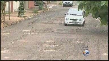 Motoristas reclamam de buracos no asfalto da Rua Rio Verde em Ribeirão Preto - Secretaria Municipal de Infraestrutura informou que encaminhará equipe ao local.