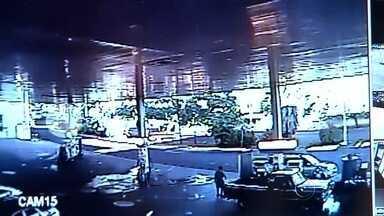 Câmeras flagram carro esportivo em alta velocidade antes de acidente - As câmeras de segurança de um posto de combustíveis flagraram o carro esportivo em uma avenida de Araçatuba (SP) em alta velocidade, antes de bater em um outro veículo e matar um comerciante de 69 anos. O acidente aconteceu no sábado (12) e o motorista do Mustang, Luciano Justo, de 32 anos, chegou a pagar fiança, foi solto, mas a Justiça decretou a prisão preventiva dele.