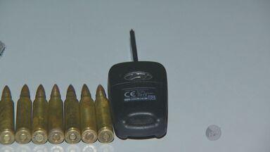 Polícia prende homem suspeito de participar do assalto à Protege - De acordo com os policiais, o homem estava com munições, fuzil e a chave de um carro suspeito.