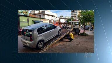 Após reclamação, SMT fiscaliza e multa veículos estacionados em ciclorrota, em Goiânia - Quatro carros estacionados em local proibido foram guinchados.