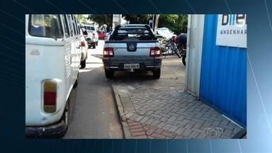 Veículos são flagrados estacionados em locais proibidos em Goiânia - Na Avenida T-7, um motorista parou na calçada. Ele ainda falava ao celular.