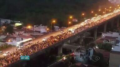 Grande Vitória tem novos protestos contra Lula e Dilma - Grupo saiu de Vila Velha e atravessou a 3ª Ponte e outro saiu de Camburi.Os dois se encontraram na Praça dos Namorados.