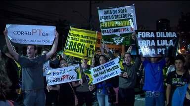 Quinta-feira foi de protestos em Curitiba - Manifestantes estão reunidos na frente do prédio da Justiça Federal
