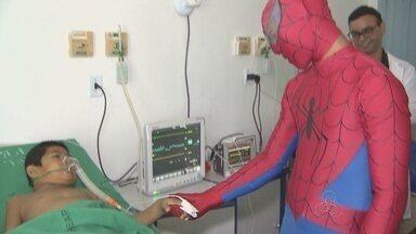 Super-heróis visitaram crianças que fazem tratamento com câncer em RO - Crianças do Hospital de Base receberam as visitas para comemorar a Páscoa.