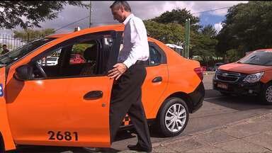 Taxistas terão que trabalhar com roupas sociais em Curitiba - Proposta está sendo discutida pelo sindicato da categoria e a Urbs.