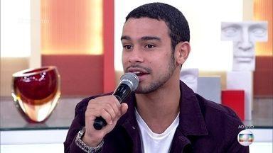 Sérgio Malheiros diz que canta mal, mas é elogiado - Finalistas do 'The Voice Kids' aprovam o vídeo do ator cantando e todando ao lado do irmão Frederico