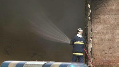 Bombeiros controlam incêndio em fábrica de Paranavaí - O incêndio começou na noite da última segunda-feira (21) em uma fábrica de móveis que fica no distrito industrial. Ninguém ficou ferido.