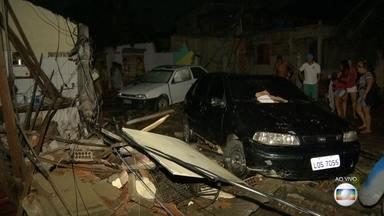 Cedae vai arcar com prejuízos de moradores após rompimento de adutora em Nova Iguaçu - Na quarta-feira (23), uma adutora da Cedae se rompeu e veio a enxurrada. A água derrubou postes e cabos de energia. Muita gente perdeu tudo o que tinha.