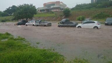 Chuva forte causa estragos em Campinas e região - Várias ruas ficaram alagadas e árvores caíram.