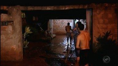 Chuva de granizo atinge cidades da região Centro-Oeste Paulista - A chuva que atingiu a região Centro-Oeste Paulista na tarde desta quarta-feira (23) causou estragos. Um muro caiu em Ourinhos por causa da chuva, mas ninguém ficou ferido.