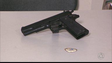 Jovem e adolescente são detidos com arma de brinquedo na orla de JP - Dupla de criminosos foi presa após assalto a restaurante.