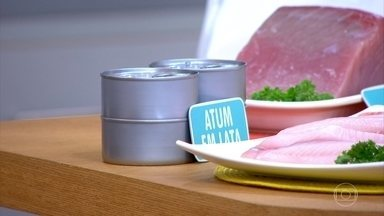 Escorra todo o óleo dos peixes enlatados - A nutricionista Elaine Moreira ressalta que a sardinha inteira tem mais ômega 3 nas vísceras. O lombo do atum enlatado é rico em proteínas.