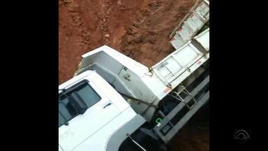 Caminhão cai em um buraco na BR-116 em Sertão Santana, RS - Veículo espera guincho há quase um dia no local.